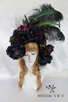クジャクの羽根が特徴的な黒系の大型ヘッドドレス。