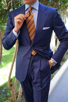 Men love suits and feel their wardrobe is verily incomplete without a good looking suit! Men's blazers and suits have … Looks Cool, Men Looks, Mens Fashion Suits, Mens Suits, Suit Combinations, Blue Suit Men, Interview Attire, Classy Suits, Well Dressed Men