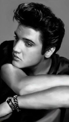 Looks just like my college sweetheart, Daniel. He had the most amazing hair, skin and eyes. A very handsome man. Never thought he looked just like Elvis until I saw this picture. A brilliant man. Lisa Marie Presley, Priscilla Presley, Gossip Girls, Matthew Mcconaughey, Handsome Men Quotes, Handsome Man, Young Elvis, Elvis Presley Young, Elvis Presley Hair
