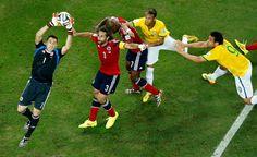 El guardameta colombiano David Ospina se hace con el balón, protegido por el defensa de su equipo Mario Yepes.