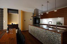 専門家:道家洋が手掛けた、スタイリッシュなダイニングキッチン(『NKK』パティオのある上質なモダン住宅)の詳細ページ。新築戸建、リフォーム、リノベーションの事例多数、SUVACO(スバコ) Decor, Furniture, Conference Room, Room, Residential, Hotel, Table, Home Decor, Room Divider