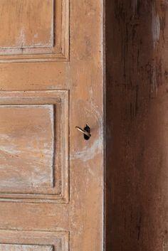 Old door and patina. Via Dario Biagioni