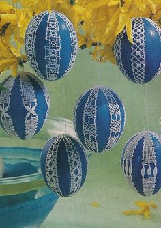 Easter eggs decorated with bobbin lace and crocheted Easter eggs Crochet Snail, Filet Crochet, Easter Crochet, Crochet Motif, Crochet Edgings, Egg Crafts, Easter Crafts, Diy Adornos, Bobbin Lace Patterns