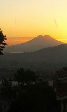 Volcán chinchontepec a la izquierda el lago de ilopango. El Salvador.