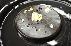 """""""All Black"""" Cioccolato al vapore Una miscela di pregiati cioccolati e cacao, sapientemente amalgamati per un'intensa emozione con tutta la leggerezza della cottura al vapore; impreziosita con oro puro a 24 carati."""