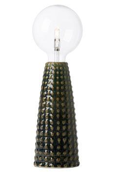 Om man tittar på design, färg och konsistens, så påminner Harry oss om keramiska vaser från 1950-talet. Handgjorda av en glaserad keramik, vilket gör att inte två Harry lampor är lika. Använd med en dekorativ ljuskälla. Höjd 25 cm, diameter 11 cm. Ljuskälla ingår ej. Stor fattning E27.