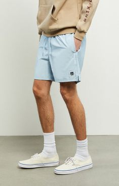 Update your warm-weather, street-to-water style. The Light Blue Primary Volley Shorts have side and back pockets and a comfy elastic waist with adjustable drawstrings. Vans Old School Outfit, Old Skool Outfit, Vans Outfit Men, Converse Outfits, Vans Men, White Vans Outfit, White Shorts, Light Blue Shorts, White Converse