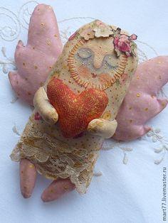 Ванильный ангелочек с сердечком-создан для уюта и приятных эмоций) Послужит прекрасным подарком или же украшением вашего интерьера! К крылышкам ангелочка крепится веревочка для того чтобы его можно было подвесить…