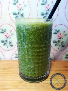 Grüne Smoothie aus einem Bund Petersilie, einer Nashibirne, einer Stange Sellerie, zwei Orangen, ca. 20 Goji-Beeren, 4 Eiswürfel und 200ml K...