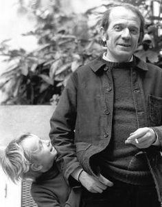 Gilles Deleuze, philosophe français (1925 - 1995)  A écrit de nombreuses œuvres philosophiques très influentes, sur la philosophie, la littérature, le cinéma et la peinture.  Développe une métaphysique et une philosophie de l'art originales.  Crée avec Félix Guattari, le concept de déterritorialisation, menant une critique conjointe de la psychanalyse et du capitalisme.  Sa pensée est parfois associée au post-structuralisme. Bien qu'il ait déclaré s'être toujours vu comme un métaphysicien.