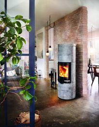 Energooszczędny piec wolnostojący Milano Stone 2.0. Steatyt z którego został wykonany dostarcza ciepło do pomieszczenia jeszcze długo po wygaśnięciu.