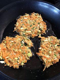 Süßkartoffel-Zucchini-Puffer Zucchini Puffer, Wiener Schnitzel, Risotto, Cauliflower, Curry, Meat, Chicken, Vegetables, Ethnic Recipes