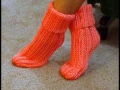 Calcetines con ochos y con dos agujas//Socks with cables and two needles Knitting Videos, Loom Knitting, Knitting Socks, Free Knitting, Knitted Slippers, Slipper Socks, Crochet Slippers, Knitting Patterns, Crochet Patterns