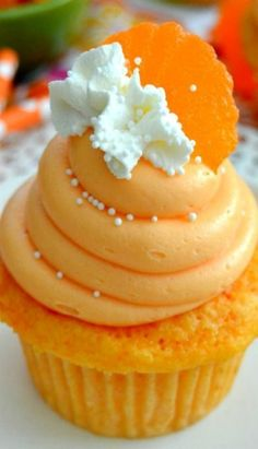 Orange Creamsicle Cupcakes ~ Love the taste of summery creamsicles? Then you'… Orange Creamsicle Cupcakes ~ Love the taste of summery creamsicles? Then you'll fall in love with these fresh, bright and sweet Orange Creamsicle Cupcakes! Just Desserts, Delicious Desserts, Dessert Recipes, Yummy Food, Healthy Food, Orange Creamsicle, Yummy Treats, Sweet Treats, Yummy Cupcakes