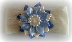 Flor Bege e Azul Pode ser fixado em: Bico de jacaré, Presilha, Faixas (Meia de Seda e Renda), Headband e Tiaras. Valores: Bico de Jacaré: 15,00 + frete Headband: 17,00 + frete Faixas: 17,00 + frete Tiaras: 19,00 + frete Sob encomenda prazo de produção: 5 à 7 dias úteis Visite a página no Facebook: Faixas da Fê Para maiores informações consulte a política da Loja ou enviei um e-mail para fernandaesser_7@hotmail.com R$ 17,00