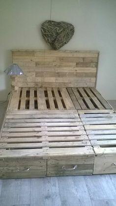 Pallet Bedroom Suite / Chambre En Palette DIY Pallet Beds, Pallet Bed Frames & Pallet Headboards Pallet Desks & Pallet Tables Pallet Lamps, Pallet Lights & Pallet Lighting