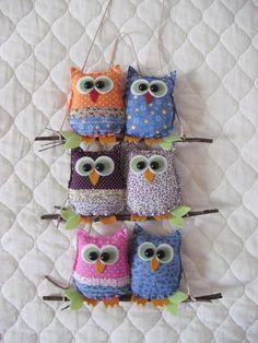 Enfeites de corujinhas confeccionados em tecido, feltro e enchimento acrílico. Lindo para enfeitar portas, paredes e jardins. Cada enfeite compõem duas corujinhas. R$40,00 Owl Sewing, Sewing Dolls, Owl Crafts, Diy Home Crafts, Felt Keychain, Unicorn Pillow, Cottage Crafts, Fabric Animals, Felt Birds