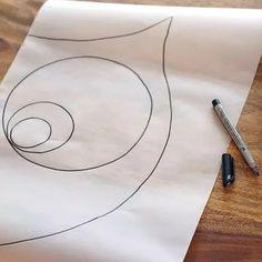 Nun ein Schnittmuster erstellen: Eine Hälfte der Eule bis zur Kante auf ein großes Stück Pergamentpapier zeichnen. Zur besseren Orientierung werden auch Augen (bei dieser Eule je drei verschieden große Kreise) und Schnabel angezeichnet. Für die Augen-Elemente kann man einen Zirkel oder Gläser mit unterschiedlichem Umfang als Schablone verwenden. Eulenhälfte ausschneiden. Auch das Schnittmuster der Flügel wird auf diese Weise erstellt. Hier reicht es, je einen Flügel auf das Papier zu…