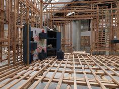 Décrochage et accrochage des nouvelles œuvres dans les cabanes de Sara Favriau   Palais de Tokyo, centre d'art contemporain