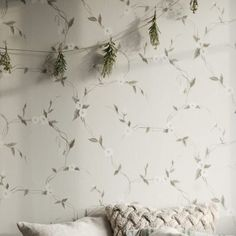 Wallpaper Levi grey is a delicate flower garland which flows gently across the walls. A crisp grey/white on a soft grey background. Dream Decor, Pattern Wallpaper, M Wallpaper, Grey Wallpaper, Wallpaper, Classic Wallpaper, I Wallpaper, Gray Background, Wallpaper Size
