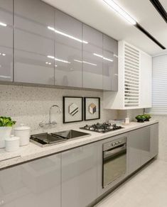 99 veces he visto estas serenas cocinas blancas. Kitchen Cupboard Designs, Kitchen Room Design, Home Decor Kitchen, Interior Design Kitchen, Modern Kitchen Interiors, Contemporary Kitchen Design, Bathroom Modern, Modern Design, Contemporary Kitchen Cabinets