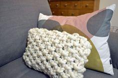 Tuto du coussin à tricoter pour passer l'hiver au chaud !   Cliquez ici : http://makeri.st/tuto-coussin-hiver
