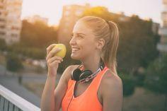 Mulher fitness comendo maçã