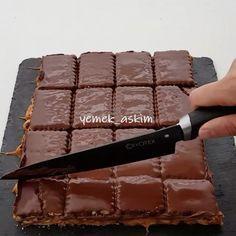 Snickers sevenler çift tıklasın @yemek_askim nefis bir tarif hazırlamış SNİKERS 1 paket petibör bisküvi Karameli için 2 çay bardağı tozşeker 2 paket krema Yer fıstığı Üzeri için 3 paket sütlü çikolata Öncelikle karameli hazırlıyoruz.Şekeri tencereye alıp eritiyor.Yanlız dikkatli olalım yanmasın hoş bir renk aldıktan