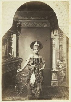 Danseres uit de kraton van Solo. ca. 1890 Indonesian Art, Sherman Tank, Fleet Street, Dutch East Indies, Tag Photo, Historical Pictures, Ancient Civilizations, Old Pictures, The Past
