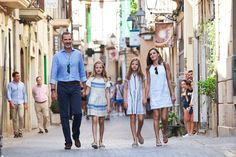 Easy holiday chic from the Spanish royal family