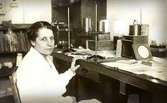Österreichisch-schwedische Kernphysikerin, geboren 1878 in Wien, gestorben 1968 in Cambridge. Lise Meitner lieferte zusammen mit Otto Frisch die erste physikalisch-theoretische Erklärung der Kernspaltung, die ihr Kollege Otto Hahn und dessen Assistent im Jahr zuvor entdeckt und mit radiochemischen Methoden nachgewiesen hatten.