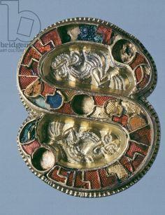 7th century S-shaped gilt silver fibula, embellished with gemstones and enamels. Goldsmith's art, Longobard civilization.