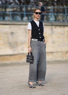 Fashion trend: this is how we will style our favorite jeans in spring 2021 Jeans Trend, Estilo Denim, Bcbg, Mode Jeans, Who What Wear, Denim Fashion, Navy Blue, Normcore, Vogue