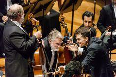 Lee Mills, Maestro Residente, e os violoncelistas da OSB. (Foto: Cicero Rodrigues) Claude Debussy, Jazz, Dj, Fictional Characters, Concerts, Composers, Photos, Jazz Music