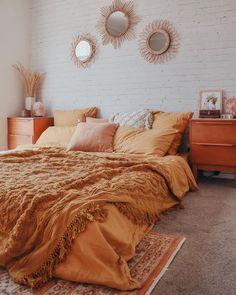 Cozy Summer Bedroom Ideas Bohemian Home Orange Rooms, Bedroom Orange, Orange Room Decor, Orange Bedding, Yellow Walls Bedroom, Warm Bedroom Colors, Mustard Bedroom, Orange Walls, Fall Bedroom