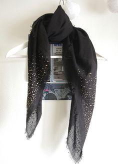À vendre sur #vintedfrance ! http://www.vinted.fr/accessoires/echarpes/23145950-foulard-noir-leger-a-strass-dores