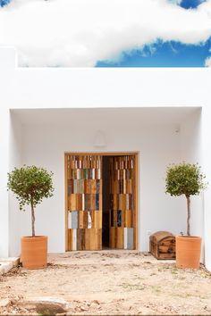 Entryway trees - Alvaro Tamarit wooden mosaic doors - Ibiza style Fotografía Estudio Hélène Védrenne para SingularesMag