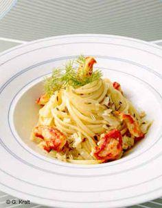 Recette Linguine au crabe : Coupez le fenouil en fines lamelles. Réservez ses feuilles vertes.Mettez 3 cuillères à soupe d'huile d'olive à chauffer dans une grande poêle, puis ajoutez la gousse d'ail, le piment coupé en petits morceaux, les graines de fenouilet la chair de crabe. Remue...