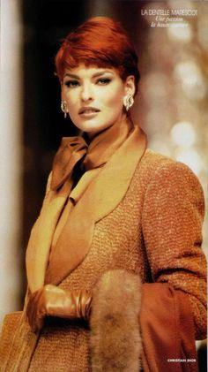 1991 Linda Evangelista, Christian Dior Haute Couture  surprenante veste en chenille à effets chevrons avec revers et poignets en soie caramel.