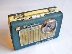 Mid-Century Modern Freak — 1963 Rhapsody Deluxe Transistor Radio by Kolster. Radio Vintage, Le Radio, Tvs, Poste Radio, Art Deco Movement, Retro Radios, Transistor Radio, Phonograph, Mid-century Modern