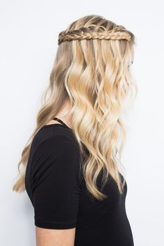 This is the new, updated way to wear a waterfall braid. T This is the new, updated way to wear a waterfall braid. Messy Bun With Braid, Braid Out, Braided Buns, Messy Buns, Trending Hairstyles, Boho Hairstyles, Hairdos, Hairstyle Ideas, Natural Hair Tips