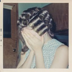 Vintage Hairstyles How to Use Hair Rollers in the Right Way? These 40 Color Snapshots Will Give You a Reference Look ~ vintage everyday Vintage Photographs, Vintage Photos, Sleep In Hair Rollers, Vintage Magazine, Roller Set, Sleep Roller, High Roller, Look Vintage, Vintage Glamour
