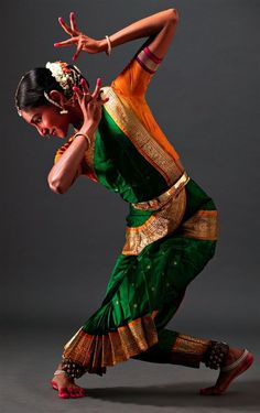 Danseuse [female ballet dancer] performs in the Eastern Indian style. Danseuse [female ballet dancer] performs in the Eastern Indian style. Shall We Dance, Lets Dance, Modern Dance, Tango, Costume Ethnique, Cultures Du Monde, Isadora Duncan, Indian Classical Dance, Belly Dancing Classes