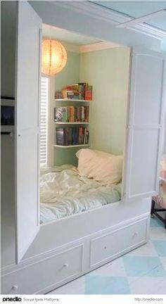 Gün içinde saklanıp uyumak isteyenlere, dolap içerisine gizlenmiş yatak.