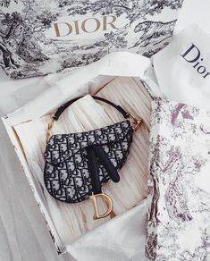 Find tips and tricks, amazing ideas for Burberry handbags. Discover and try out new things about Burberry handbags site Dior Purses, Dior Handbags, Purses And Handbags, Cheap Handbags, Small Handbags, Dior Saddle Bag, Saddle Bags, Luxury Bags, Luxury Handbags