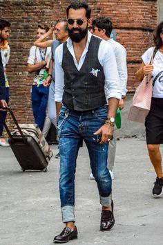 シャツ一枚での着こなしに物足りなさを感じる場合、ベスト(ジレ)の取り入れは有力な選択肢になるだろう。デザインや素材、カラーリングの組み合わせによって表現できるスタイリングは無限大だ。今回は「シャツ×ベスト」の組み合わせにフォーカスして、注目の着こなし&アイテムをピックアップ! タイドアップシャツ×ダブルジレコーデ ラペル付きのジレをテーラードジャケットライクに着こなしたコーディネート。タイドアップシャツやポケットチーフの取り入れがテーラードジャケットスタイルらしさを加速させる。スラックスの型紙で仕上げたデニムパンツやレザースニーカーを取り入れた絶妙なハズしのテクニックも見逃せない。 ELEVENTY(イレブンティ) ベスト 詳細・購入はこちら MUNGAI(ムンガイ) リネンチーフ無地 詳細・購入はこちら ドレスシャツ×ジレ×ジーンズスタイル ドレスシャツにチェック柄がさりげなく配されたベストを合わせてダンディな雰囲気を醸し出したスタイリング。レース柄のポケットチーフの取り入れが洒脱な印象を与える。ディースクエアードのジーンズは大胆に裾をワンロールして個性を表現。手入れの...