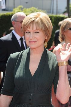 Mary Kay Place Photos - Actress Mary Kay Place arrives at Primetime Creative Arts Emmy Awards at the Nokia Theatre L. Short Hair Over 60, Short Hair Older Women, Haircut For Older Women, Short Grey Hair, Short Hair Styles, Bobs For Thin Hair, Haircuts Straight Hair, Short Shag Hairstyles, Mom Hairstyles