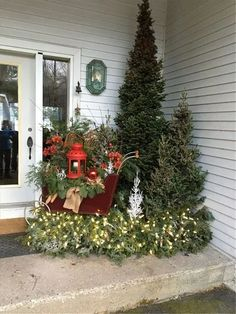 Vintage Decor Diy 50 Gorgeous Winter Front Porch Design Ideas - Winter is identical with welcoming Christmas. That's reason the winter front porch is usually filled with various Christmas decorations. Christmas Front Doors, Christmas Door, Christmas Porch Ideas, Rustic Christmas Trees, Christmas Time, Christmas Garden, Christmas Crafts, Snowman Crafts, Halloween Veranda