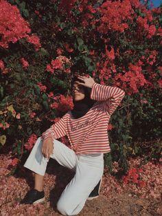 Photography women flowers beautiful New Ideas Street Hijab Fashion, Muslim Fashion, Grunge Fashion, Modest Fashion, Girl Fashion, Fashion Outfits, Travel Fashion, Islamic Fashion, Fashion Photography Poses