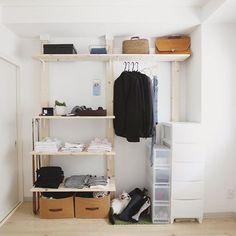 賃貸だから壁に穴は開けたくない、壁がコンクリートで出来ているから釘を刺すのは無理!など、壁面収納を作… Diy Interior, Room Interior, Interior Decorating, Diy Organisation, Moroccan Interiors, Wall Storage, New Room, Furniture, Design